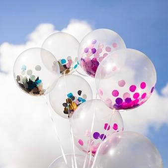 Außerhalb transparente ballons mit konfetti im inneren
