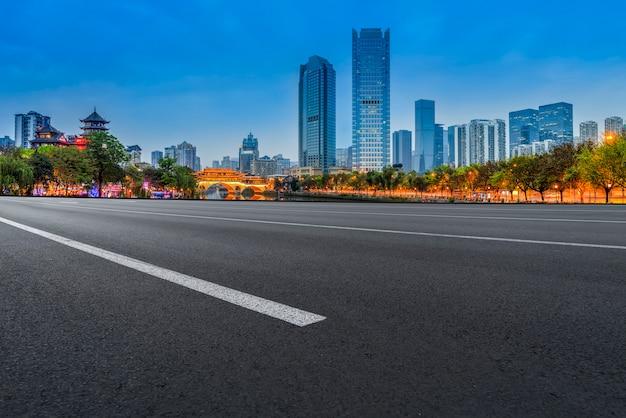 Aussicht auf schnellstraße asphalt pflasterung in der städtischen architekturlandschaft von chengdu