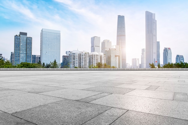 Aussichten für die leeren quadratischen bodenfliesen des städtischen komplexes guangzhous