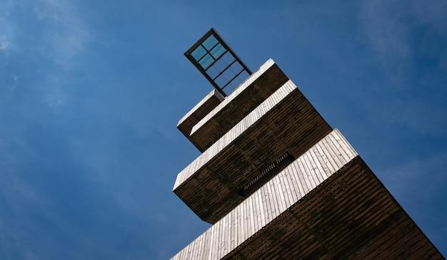 Aussichtsplattform auf einem wachturm gegen blauen himmel