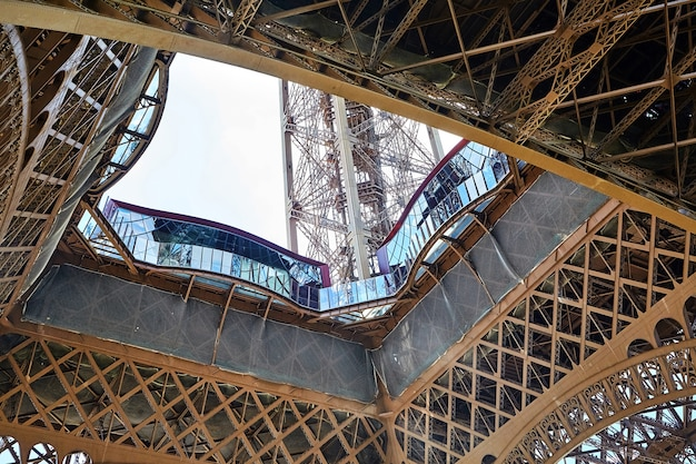 Aussichtsplattform der ersten ebene des eiffelturms in paris in frankreich