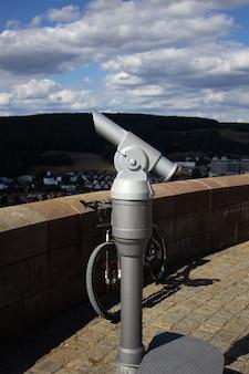 Aussichtsplattform einer alten burg in deutschland. schöne aussicht auf die umgebung und blauen himmel mit wolken.