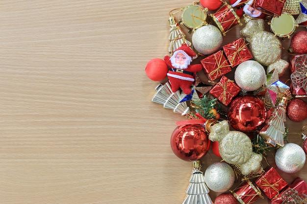 Ausstattung weihnachtsschmuck wird auf einen braunen holzboden gelegt.