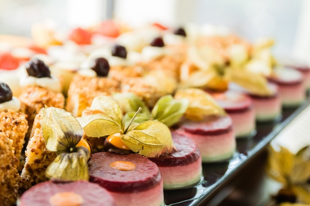 Ausstellung mit einer vielzahl von kuchen, desserts und pralinen