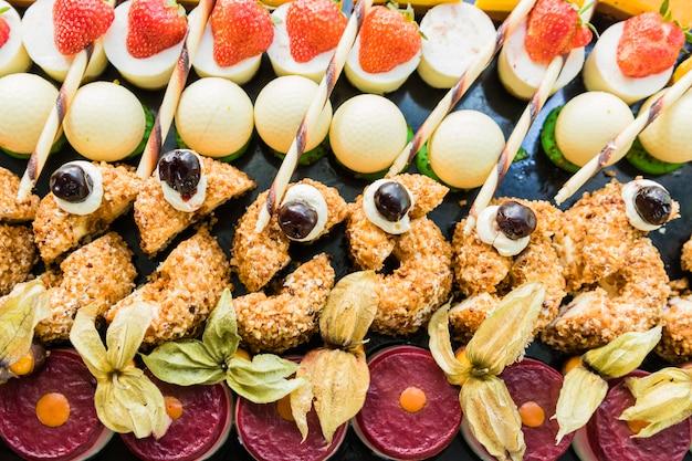Ausstellung mit verschiedenen kuchen, desserts und pralinen