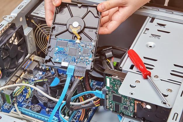 Austausch der festplatte in einem nicht zusammengebauten desktop-computer, nahaufnahme.