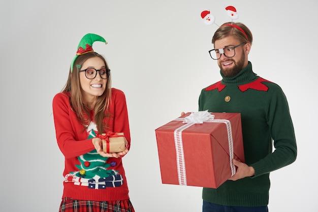 Austausch von großen und kleinen weihnachtsgeschenken