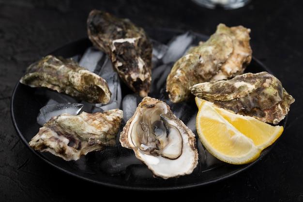 Auster mit zitronenscheibe sandeis