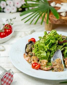 Austern in sauce mit salat