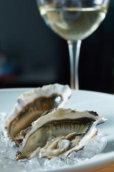 Austernplatte in eis mit weißwein serviert