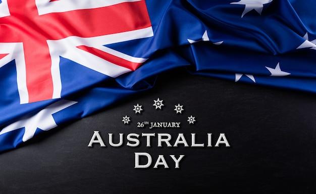 Australien tageskonzept. australische flagge gegen einen tafelhintergrund.