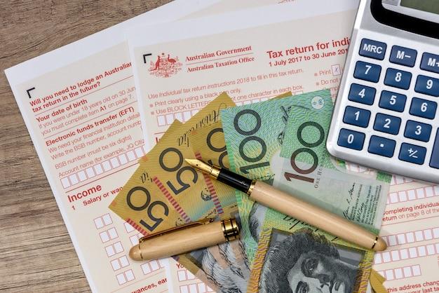 Australische dollar mit taschenrechner und steuerformular