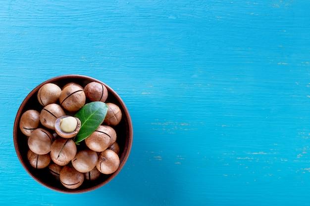 Australische macadamianüsse mit blatt in der platte