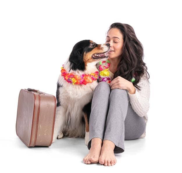 Australischer schäferhund mit koffer und mit seiner geliebten