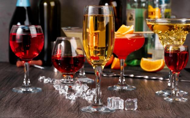 Auswahl an alkoholischen getränken in verschiedenen gläsern