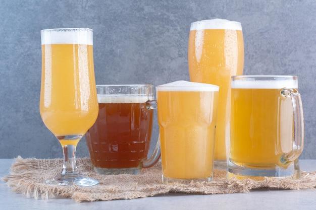 Auswahl an biergläsern auf sackleinen