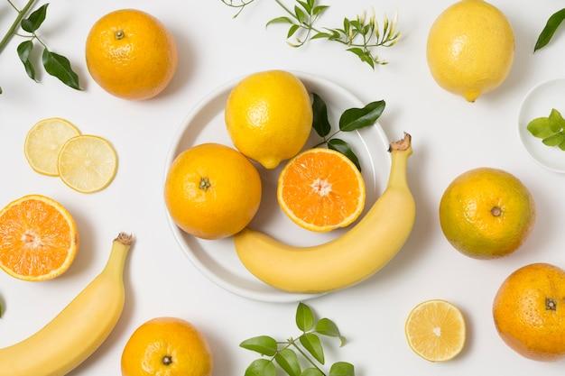 Auswahl an bio-bananen und orangen