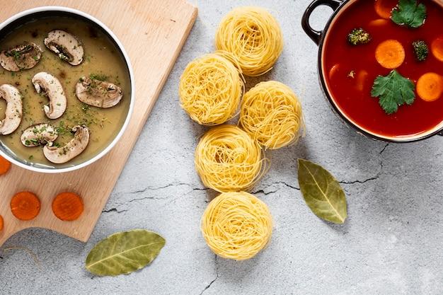 Auswahl an bio-gemüsesuppen und pasta