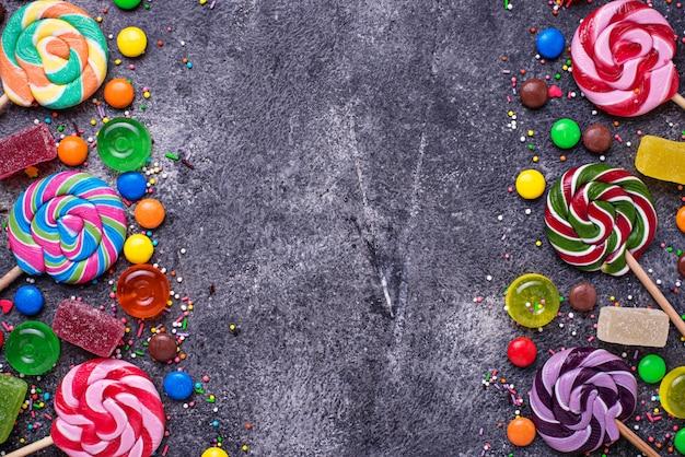 Auswahl an bunten bonbons und lutschern