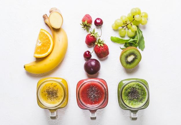 Auswahl an bunten smoothies und zutaten. detox healt
