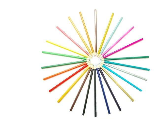 Auswahl an buntstiften auf weißem hintergrund