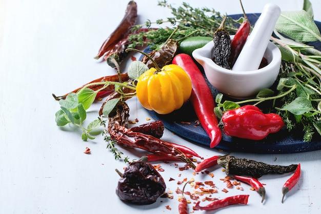 Auswahl an chilischoten und kräutern
