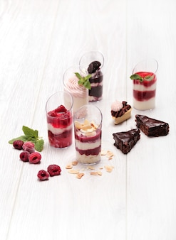 Auswahl an desserts mit beeren und schokolade