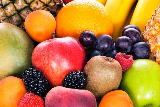 Auswahl an exotischen früchten im studio