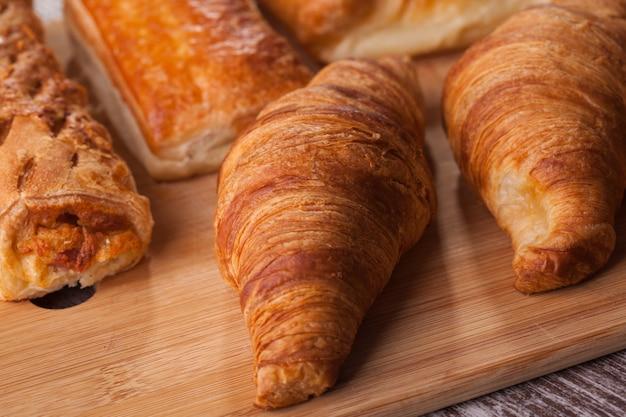 Auswahl an französischem gebäck auf schneidebrett. leckerer brunch.