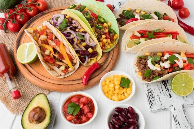 Auswahl an frischem mexikanischem essen, das zum servieren bereit ist