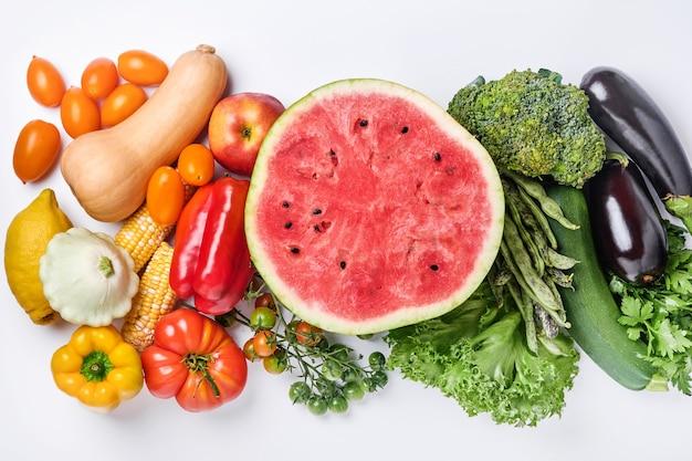 Auswahl an frischem obst und bio-gemüse in bunten regenbogenfarben auf weißem hintergrund essen kochen hintergrund.