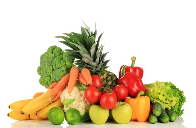 Auswahl an frischem obst und gemüse, isoliert auf weiß
