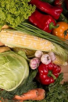 Auswahl an frischem rohem gemüse auf einem holztisch. gesundes essen draufsichthintergrund mit leerem raum.