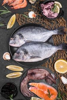 Auswahl an frischem ungekochtem fisch mit meeresfrüchten