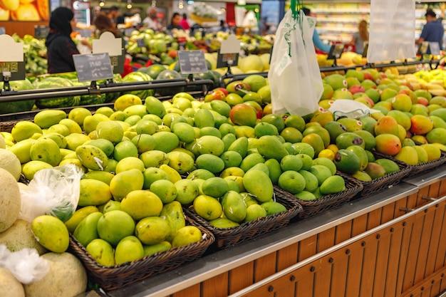 Auswahl an frischen früchten auf der theke im supermarkt