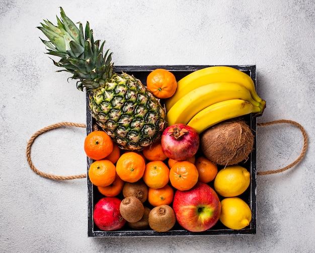 Auswahl an frischen tropischen früchten