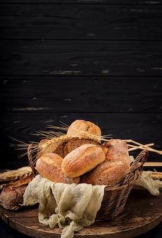 Auswahl an gebackenem brot und brötchen auf einer holzoberfläche