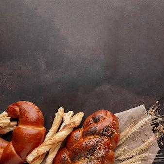 Auswahl an gebäck und croissants