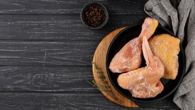Auswahl an gefrorenem hühnchen auf dem tisch