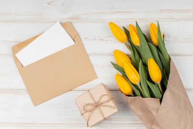 Auswahl an gelben tulpen mit karte im umschlag