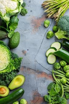 Auswahl an gesundem grünem bio-gemüse für eine ausgewogene ernährung. vegan, vegetarisch, vollwertkost, pflanzliches, sauberes esskonzept. draufsicht flach kopieren raumhintergrund