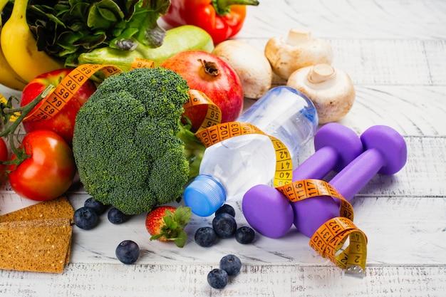 Auswahl an gesundem obst und gemüse
