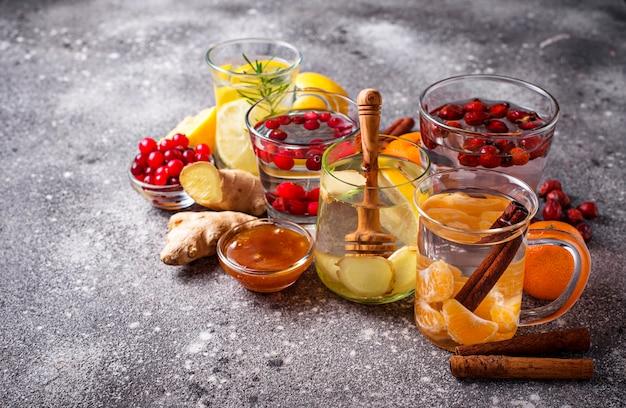 Auswahl an gesundem wintertee zur stärkung der immunität