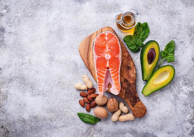 Auswahl an gesunden fett- und omega-3-quellen.