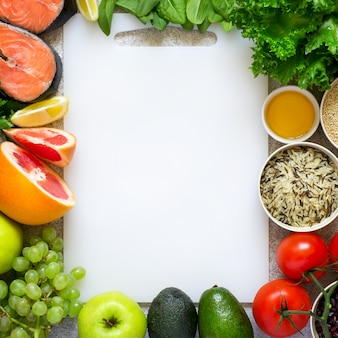 Auswahl an gesunden lebensmitteln für herz, ernährung, entgiftung.