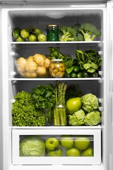 Auswahl an gesunden lebensmitteln im kühlschrank