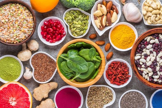 Auswahl an gesunden veganen lebensmitteln. superfood. draufsicht