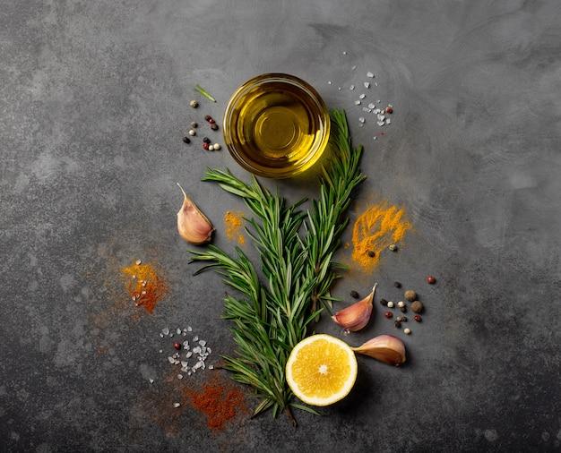 Auswahl an gewürzen, kräutern und gemüse. zutaten zum kochen