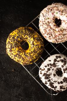 Auswahl an glasierten donuts mit streuseln