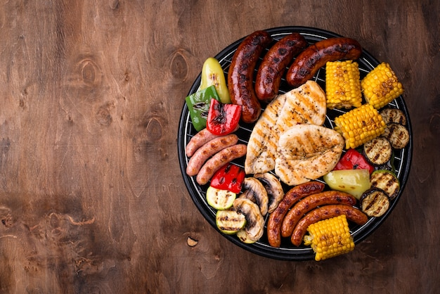 Auswahl an grillwürsten, fleisch und gemüse. picknick-grillkonzept